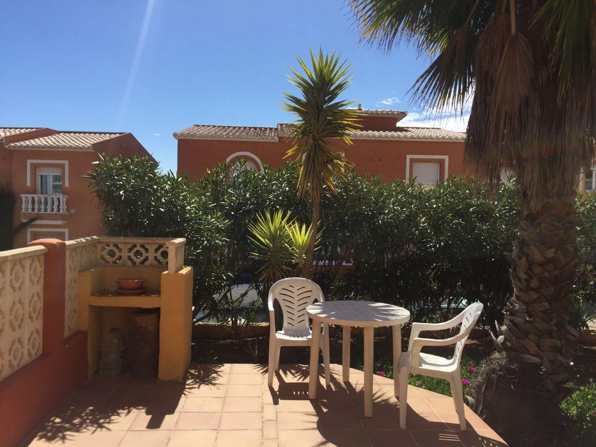 Se vende apartamento en Benitachell, Cumbre del Sol, con jardín privado y cerca de la piscina y pistas de tenis.