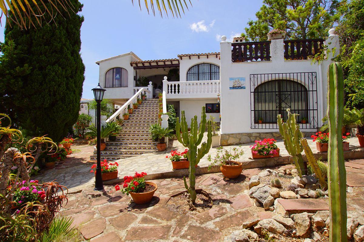 Villa de estilo mediterráneo a la venta en exclusiva,  Ubicada en la poblacon de Javea tiene 3 dormitorios.