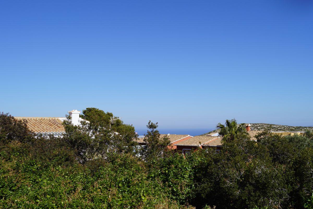 En venta parcela llana con vistas al mar.  Cerca del parque natural La Granadella y el centro comercial Adelfas. De fácil acceso y en una zona consolidada.