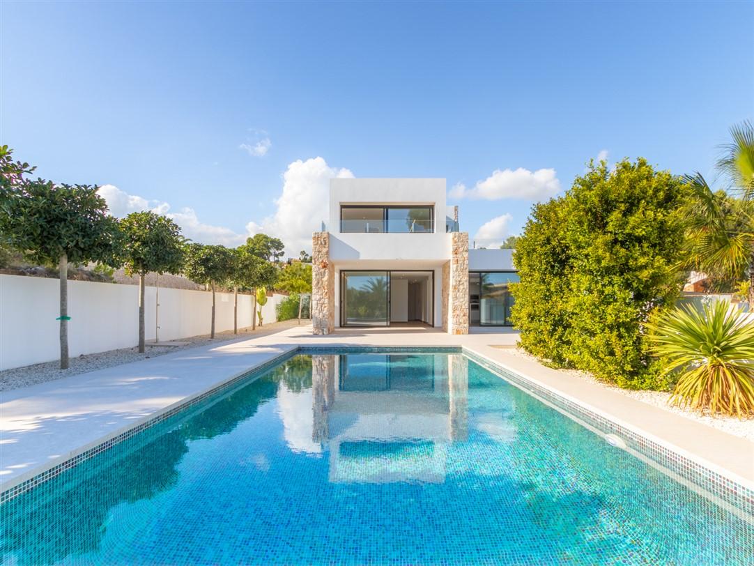 Villa de estilo moderno y nueva construcción en venta en zona de La Fustera con pscina privada, jardín y materiales de primera calidad.