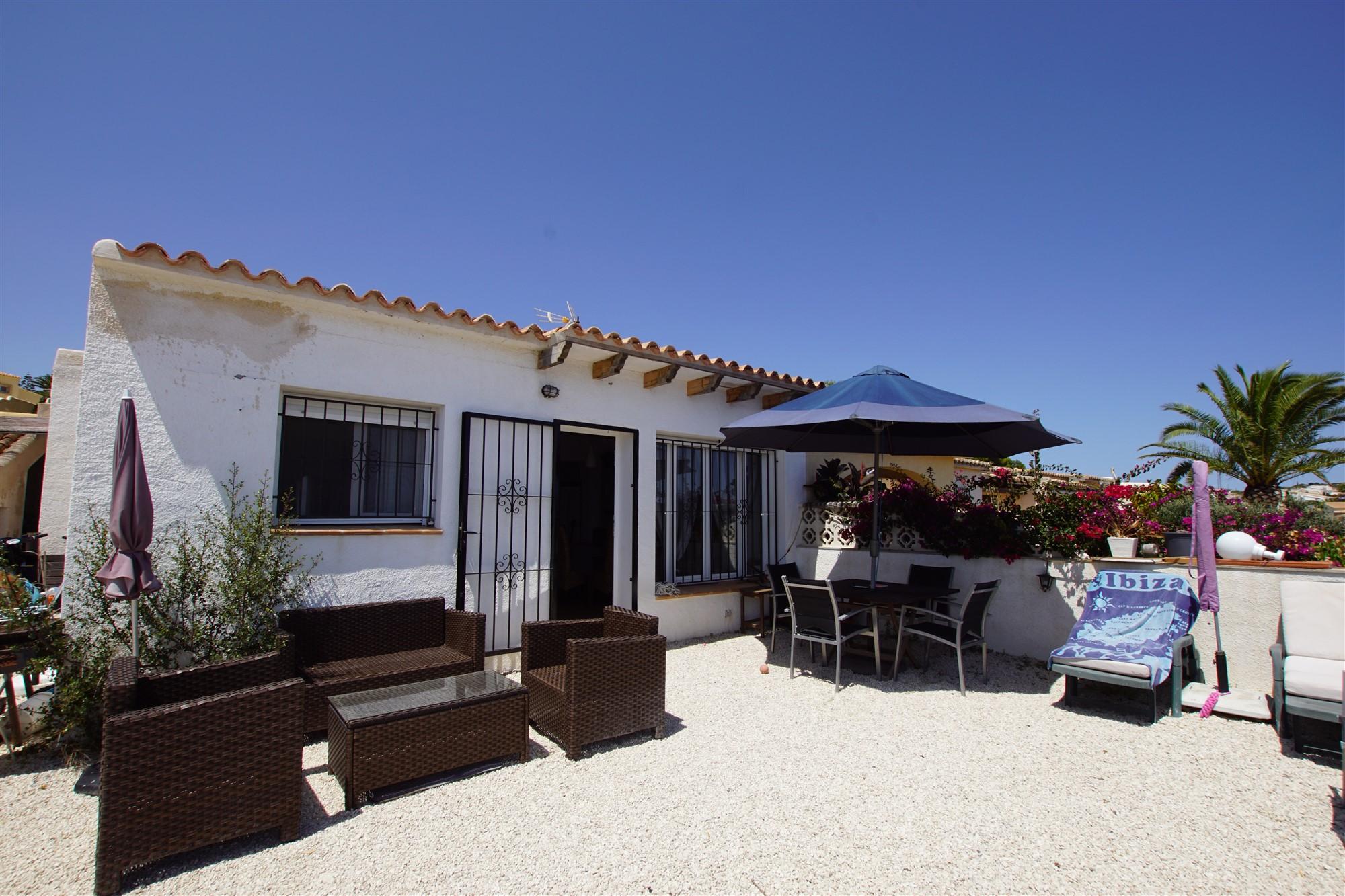 Apartamento en venta en Urbanización Cumbre del Sol con vistas al mar.  Situado en la esquina, en una única planta y cerca del centro comercial Adelfas.