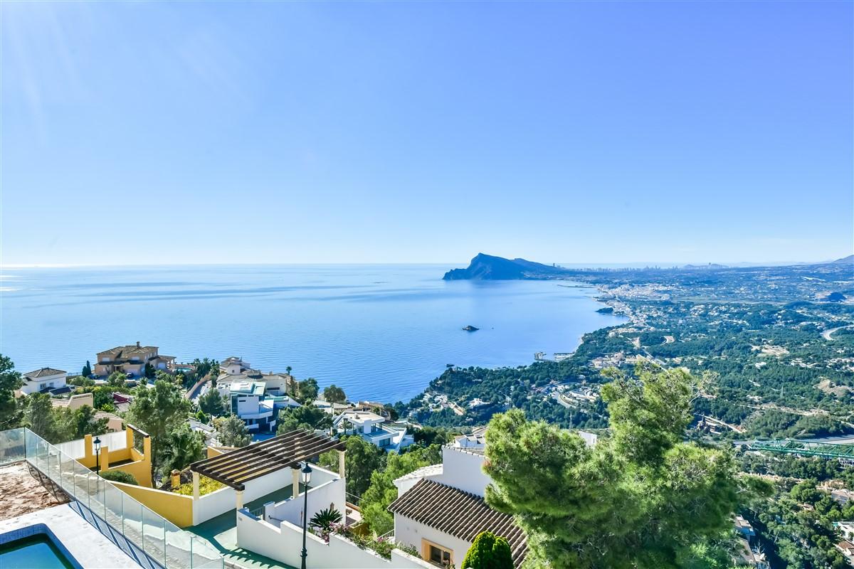 Villa en venta en la Urbanización Altea Hills de nueva construcción con excelentes vistas al mar. Acabados de calidad, piscina privada, naya y parking