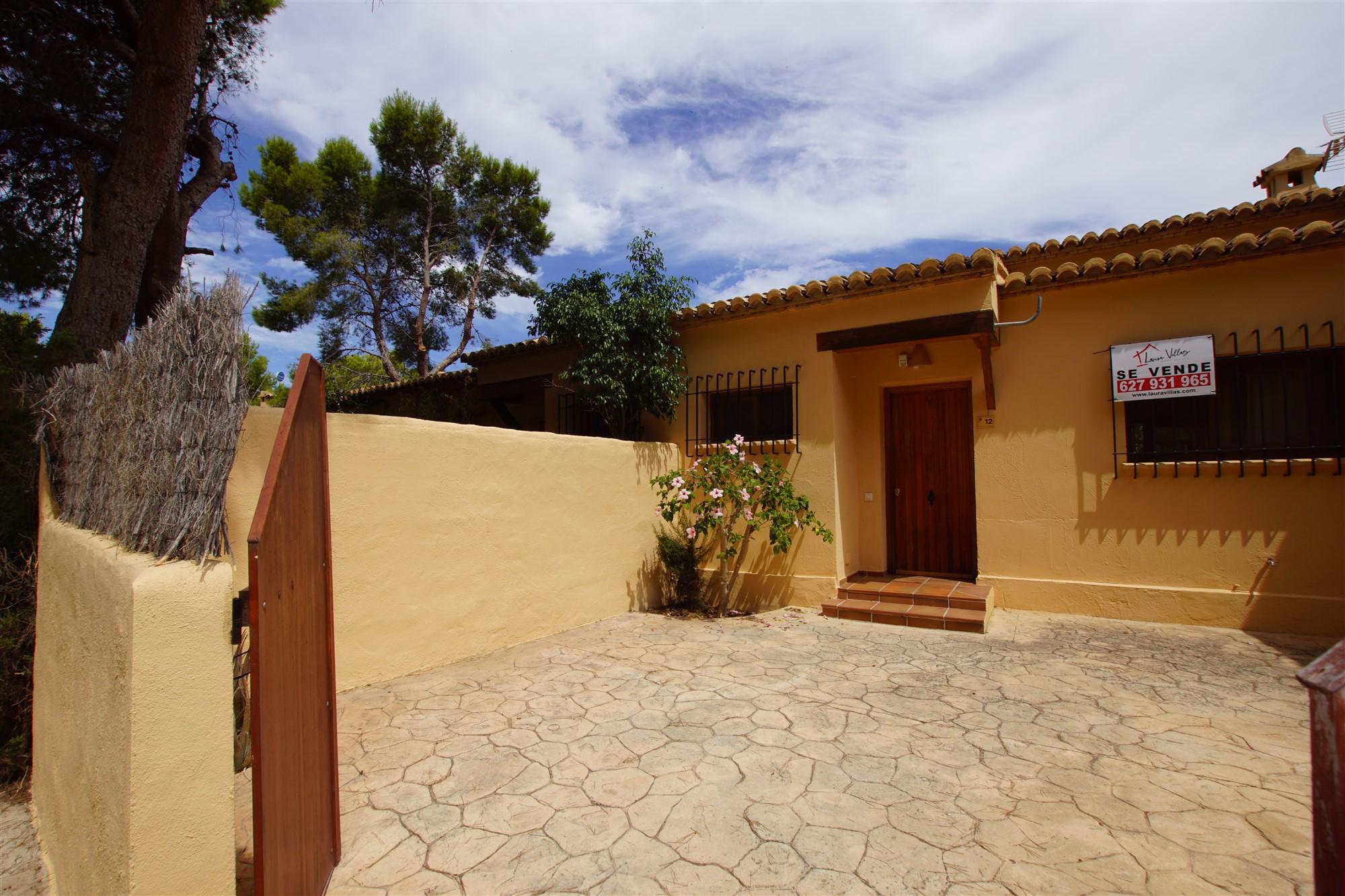 Se vende apartamento en Moraira, en una zona tranquila, con terraza y piscina comunitaria, a 1,1Km del centro y la playa.