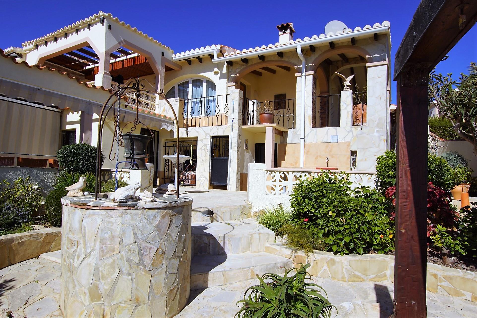 Se vende villa de tres dormitorios, con jardín y piscina privada.  Vista al mar y cerca del centro comercial Adelfas.