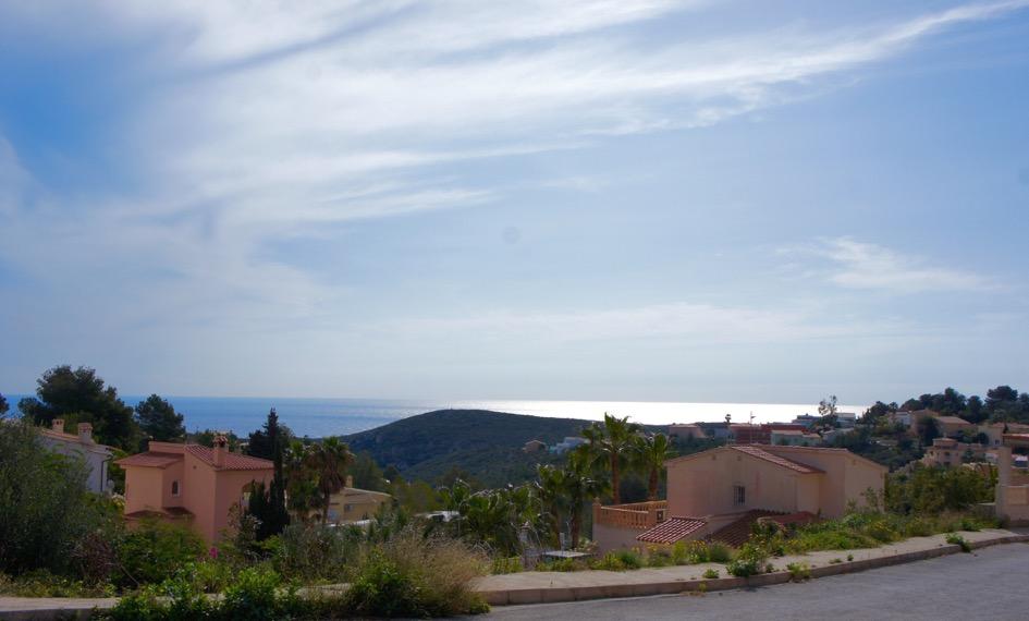Se vende parcela con vistas al mar de libre construcción, cerca del centro comercial Adelfas.