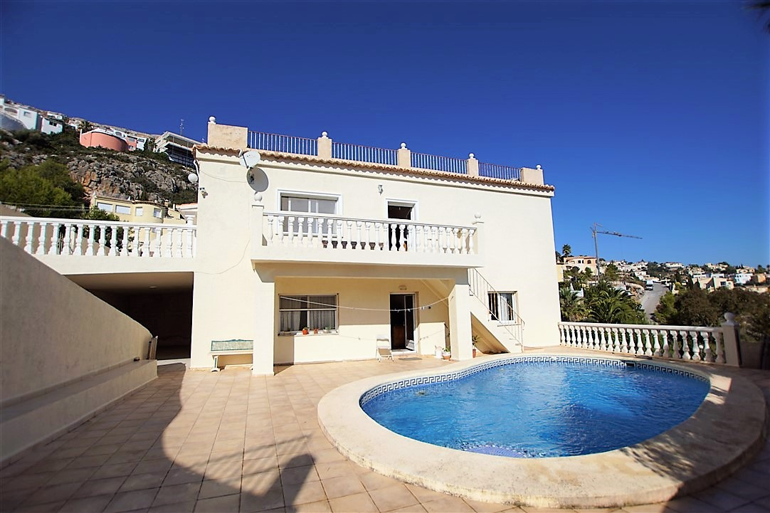 Villa en venta en Urbanización Cumbre del Sol, con solarium, apartamento independiente y sótano con posibilidades de ampliar.