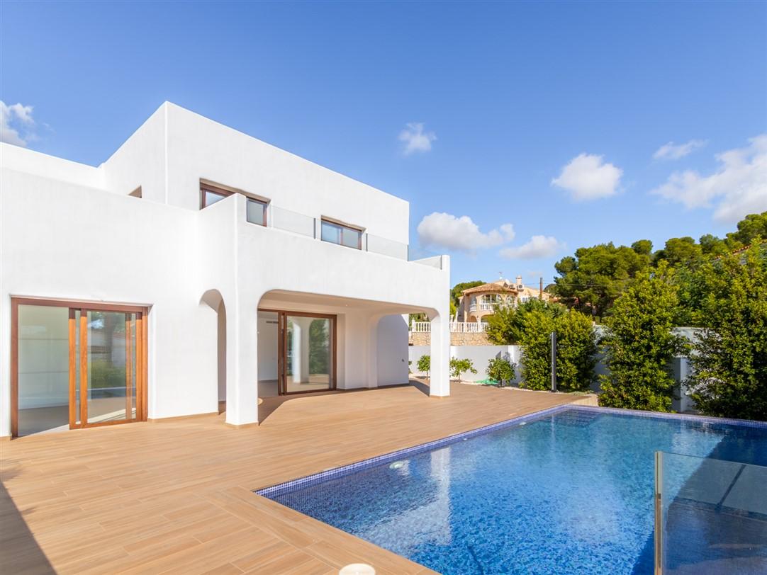 Se vende villa de estilo ibicenco en Calpe, en la Urbanización Carrió. Villa construida en parcela casi llana con piscina, jardín y vistas panorámicas.
