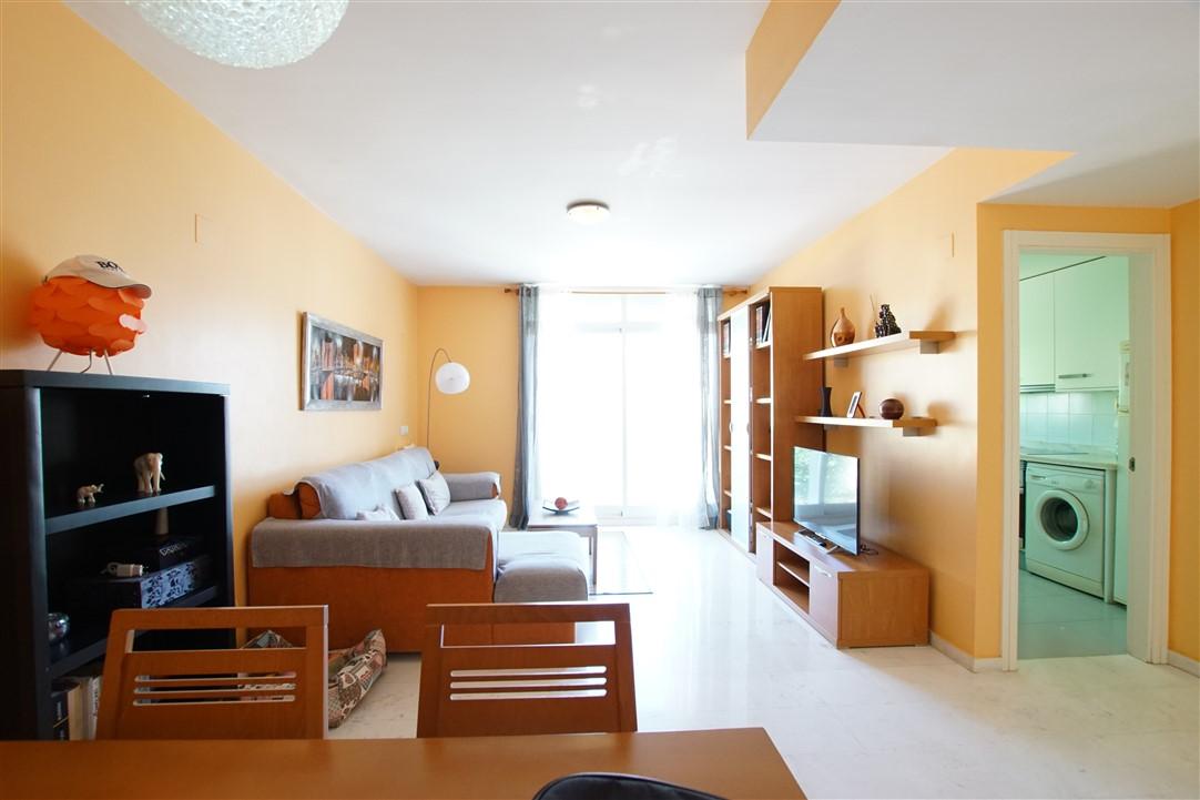 Se vende apartamento en el centro Benitachell, luminoso, en perfecto estado, con calefacción central y aire acondicionado. Incluye parking y trastero.