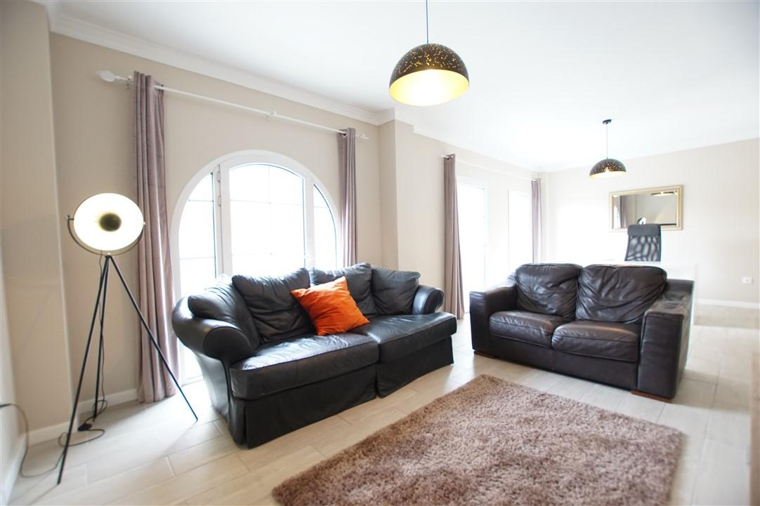 Se vende apartamento luminoso en el centro de Benitachell. Reformado y cerca de todos los servicios.