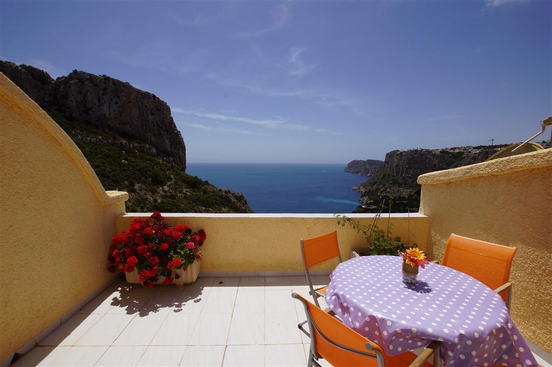 En venta apartamento con vistas al mar de primera línea, dos dormitorios, terraza y piscina comunitaria.