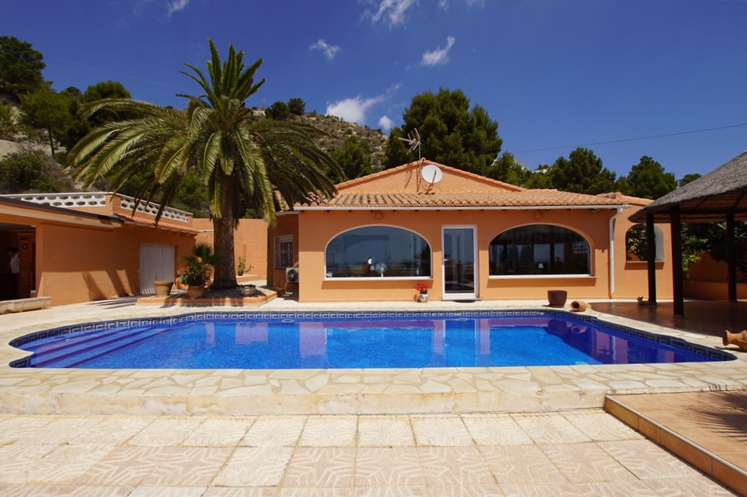 En venta villa de estilo mediterráneo con vistas al mar, distribuida en una única planta y con piscina, naya y cocina de verano.