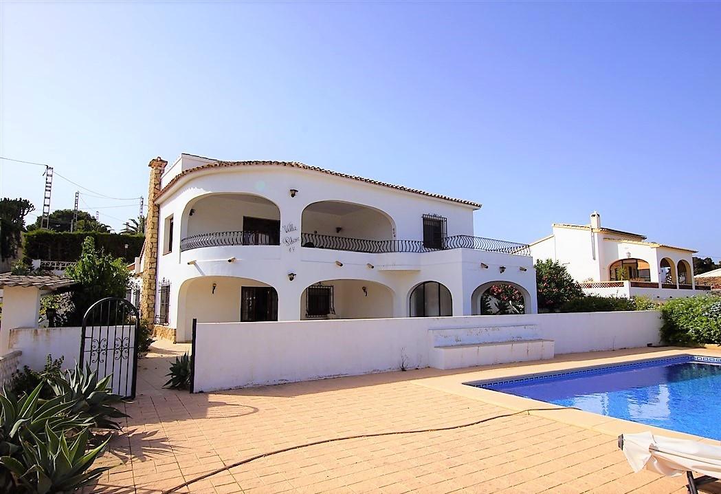 En venta villa con vistas al mar en Benissa Costa.  Con dos apartamentos independientes, piscina y cerca de la playa.