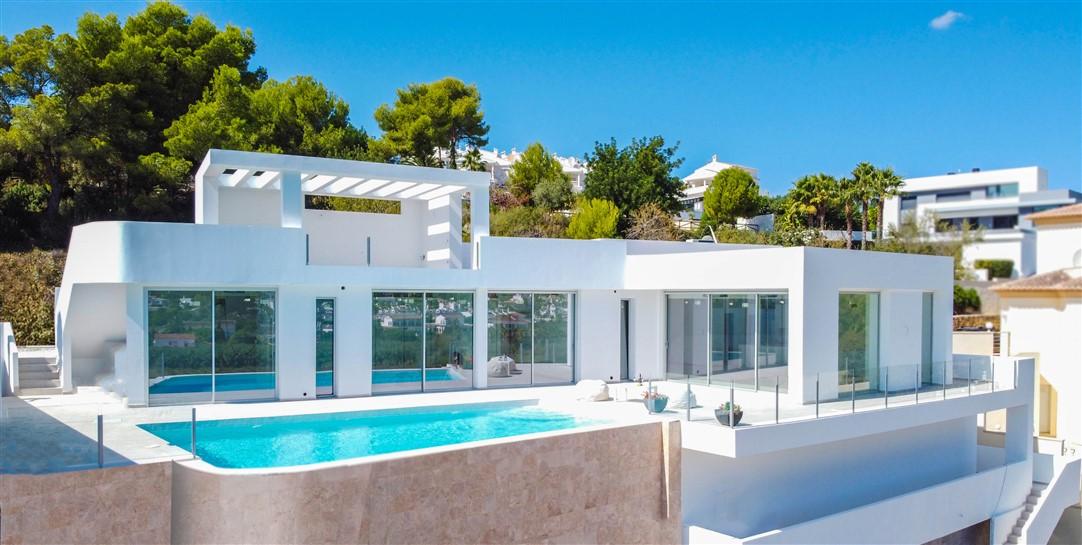 En venta villa de estilo moderno cerca del centro y la playa. Luminosa, con solarium y sótano para ampliar.