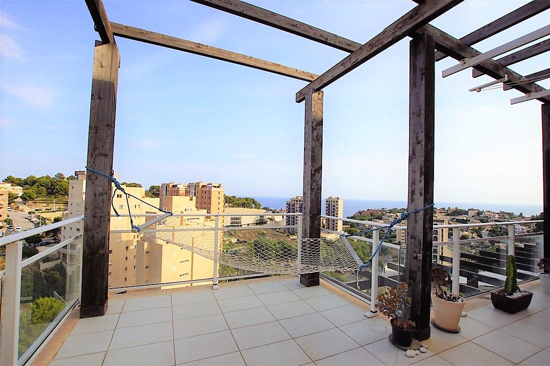 Se vende ático dúplex en Calpe con vistas al mar y la montaña. Cerca de todos los servicios, un colegio y la playa de La Manzanera.