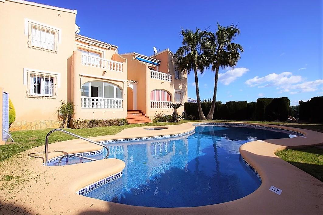 Se vende apartamento en La Urbanización Cumbre del Sol, luminoso, con piscina comunitaria en un complejo privado y cerca de los servicios